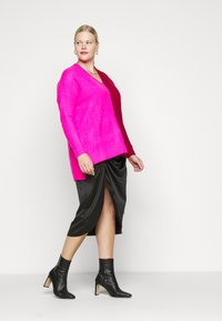 CAPSULE by Simply Be - ELEVATED ESSENTIALS VNECK - Jumper - pink/red - 1