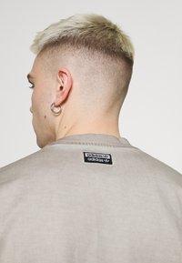 adidas Originals - ABSTRACT TEE - Triko spotiskem - timber - 4