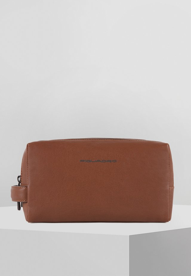 SQUARE 25 CM - Wash bag - tobacco