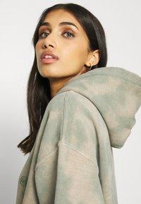 BDG Urban Outfitters - TIE DYE HOODIE - Hoodie - green - 3