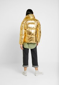 Sixth June - OVERSIZE SHINNY PUFFER JACKET - Winter jacket - gold - 2
