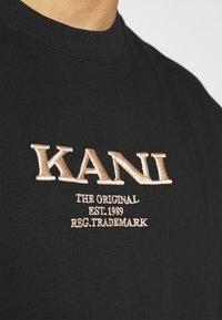 Karl Kani - RETRO TEE UNISEX - Triko spotiskem - black - 4