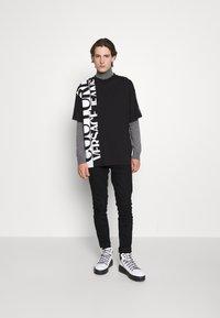 Versace Jeans Couture - T-shirt imprimé - nero - 5