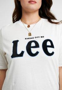 Lee Plus - TEE - T-shirt z nadrukiem - off white - 4