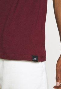 Newport Bay Sailing Club - SPLIT - Print T-shirt - burgundy/white - 4