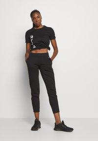 Champion - CREWNECK LEGACY - Print T-shirt - black - 1
