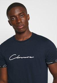 CLOSURE London - HIDDEN LOGO BAND TEE - Print T-shirt - navy - 4