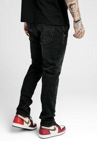 SIKSILK - Vaqueros slim fit - washed black - 4