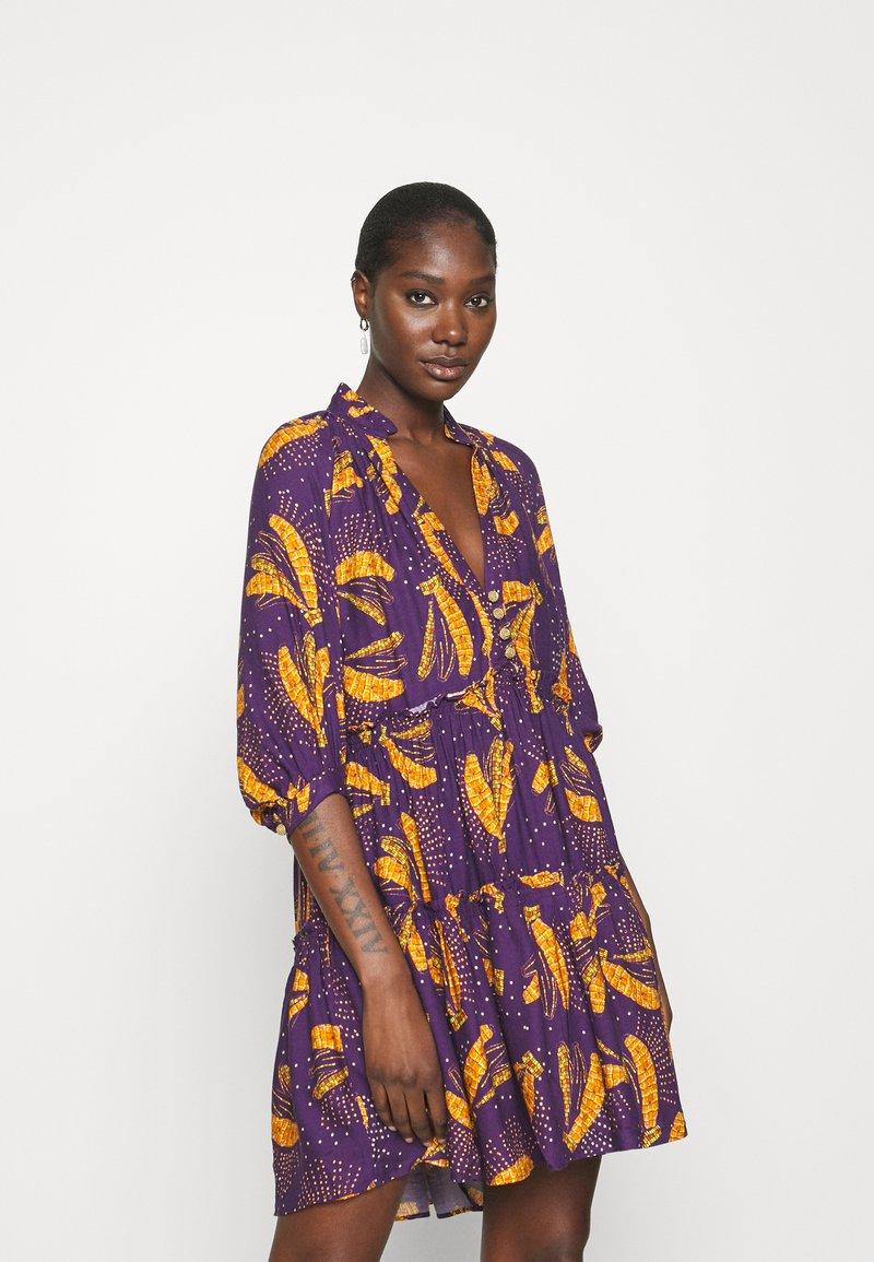 Farm Rio - BOROGODO BANANAS DRESS - Shirt dress - purple/yellow