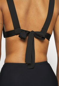We Are We Wear - TAYLOR RUCHED SIDE - Bikini top - black - 4