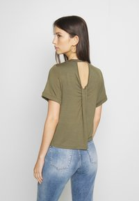 Noisy May - NMSALLE BACK DETAIL - Basic T-shirt - kalamata - 2