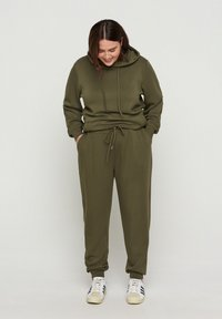 Zizzi - Tracksuit bottoms - ivy green - 0