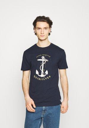 SAVIORS ROAD - Print T-shirt - navy blazer