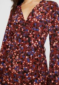 Monki - ERICA DRESS - Kjole - red/multisprinkle - 5