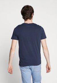 Jack & Jones - JORFLEXX TEE CREW NECK - T-shirt z nadrukiem - navy blazer - 2