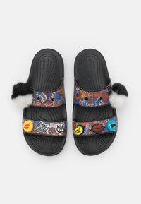 Crocs - CLASSIC CRUELLA - Klapki - brown/multicolor - 5