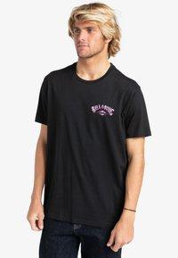 Billabong - GANG OF GANGS - Print T-shirt - black - 0