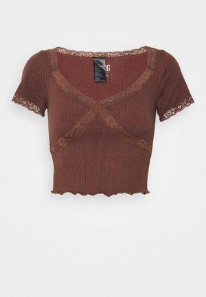 CROSS BABY TEE - Print T-shirt - chocolate