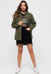 Superdry - MIT STERN-PRINT - Denim jacket - green - 1