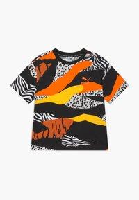Puma - CLASSICS WILD TEE - Triko spotiskem - multicoloured - 0