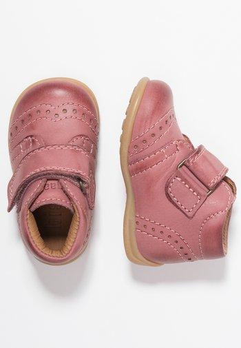 PREWALKER - Baby shoes - rosa