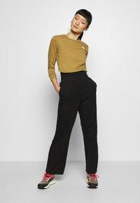 The North Face - WOMENS SIMPLE DOME TEE - Bluzka z długim rękawem - british khaki - 1