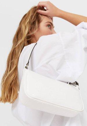MINI MIT KROKOPRÄGUNG - Handbag - white
