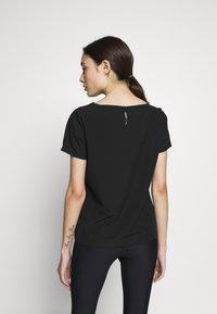 ONLY PLAY Petite - ONPJEWEL BOATNECK TRAINING TEE - Camiseta estampada - black/white/gold - 2