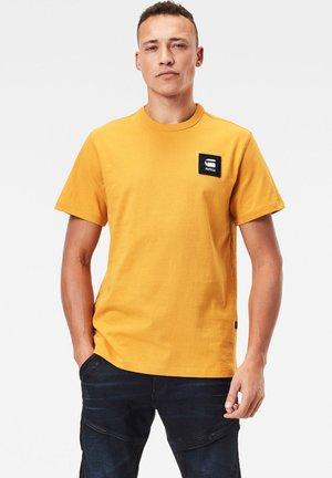 BADGE LOGO - T-shirt print - dk gold