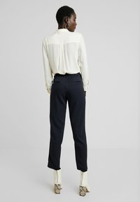 PIECES Tall - PCHOLVIA ANKLE PANT - Bukse - night sky/bright white - 3