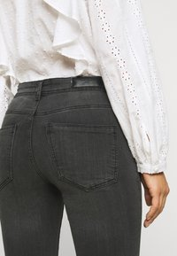 Vero Moda Petite - VMTANYA PIPING - Jeans Skinny Fit - dark grey denim - 3