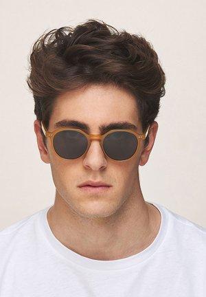 CHAUEN - Sunglasses - amber carbon