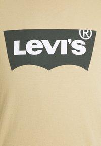 Levi's® - HOUSEMARK GRAPHIC TEE - Print T-shirt - beige/sand - 6