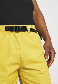 Levi's® - BELTED UTILITY UNISEX - Shorts - yellows/oranges - 4