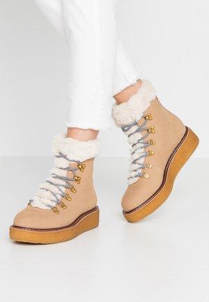 PLATFORM BOOT - Kotníkové boty na platformě - golden khaki