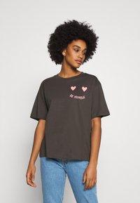 Monki - MAI TEE - Print T-shirt - grey dark - 0