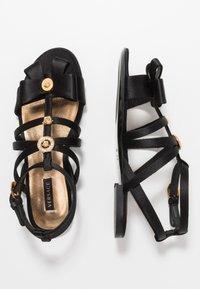 Versace - Sandály s odděleným palcem - black - 0