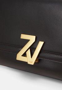 Zadig & Voltaire - INITIALE CLU - Taška spříčným popruhem - noir - 6