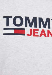 Tommy Jeans - CORP LOGO TEE - T-shirt med print - grey - 5