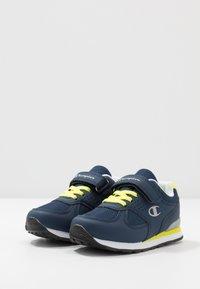 Champion - LOW CUT SHOE ERIN UNISEX - Sports shoes - blue - 3