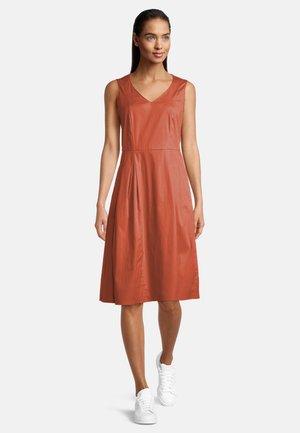 MIT V-AUSSCHNITT - Day dress - orange