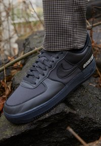 Nike Sportswear - AIR FORCE 1 GTX UNISEX - Matalavartiset tennarit - anthracite/black/barely grey - 2
