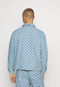 Vintage Supply - CHECKERBOARD TRUCKER JACKET - Kurtka jeansowa - blue - 2