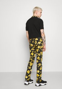Versace Jeans Couture - ALLOVER GIOIELLI PRINT - Jeans Slim Fit - black - 2