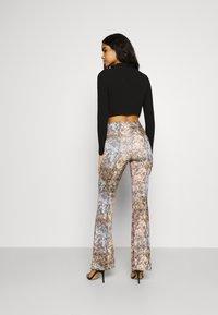 Missguided - SLINKY SNAKE PRINT FLARE TROUSER - Trousers - green - 2