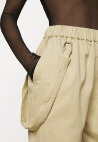 Missguided Petite - RING STRAP PANT - Cargo trousers - beige - 5