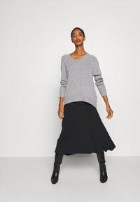 Selected Femme - V NECK - Strickpullover - light grey melange - 1
