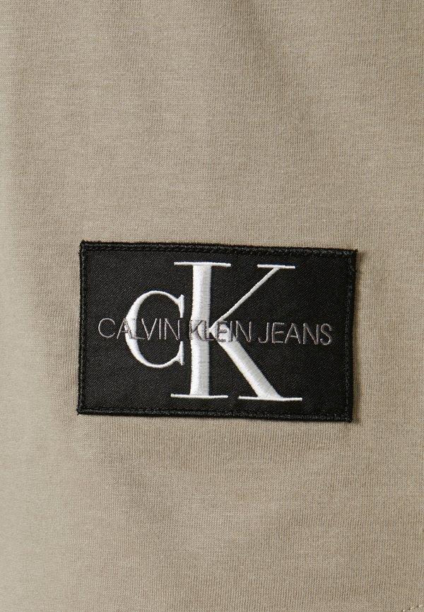 Calvin Klein Jeans BADGE TURN UP SLEEVE - T-shirt basic - elephant skin/beżowy Odzież Męska OVCQ