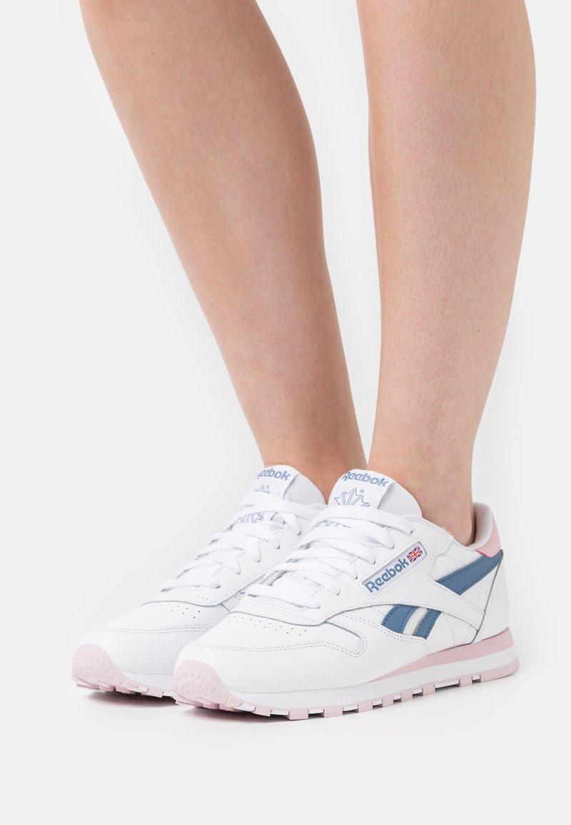 Reebok Classic - Sneakersy niskie - footwear white/frost berry/blue slate