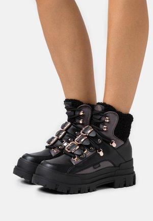 MH X BUFFALO ASPHA BOOT - Cowboy/biker ankle boot - black/dark grey